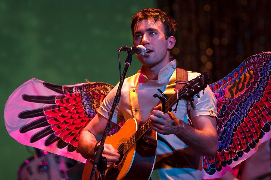 sufjan-stevens-playing-guitar